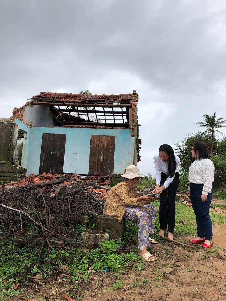 Vợ chồng Thủy Tiên đi Phú Yên trao 550 triệu đồng cho người dân bị thiệt hại do bão số 12: Nhà nhiều nhất 42 triệu, ít nhất 1 triệu - Ảnh 1