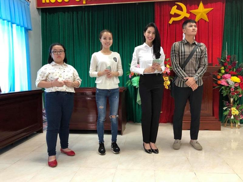 Vợ chồng Thủy Tiên đi Phú Yên trao 550 triệu đồng cho người dân bị thiệt hại do bão số 12: Nhà nhiều nhất 42 triệu, ít nhất 1 triệu - Ảnh 2