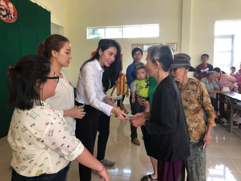 Vợ chồng Thủy Tiên đi Phú Yên trao 550 triệu đồng cho người dân bị thiệt hại do bão số 12: Nhà nhiều nhất 42 triệu, ít nhất 1 triệu - Ảnh 6