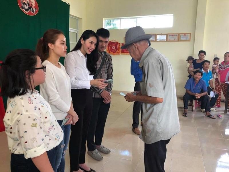 Vợ chồng Thủy Tiên đi Phú Yên trao 550 triệu đồng cho người dân bị thiệt hại do bão số 12: Nhà nhiều nhất 42 triệu, ít nhất 1 triệu - Ảnh 7