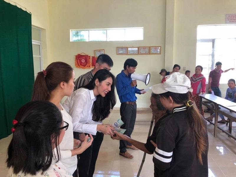 Vợ chồng Thủy Tiên đi Phú Yên trao 550 triệu đồng cho người dân bị thiệt hại do bão số 12: Nhà nhiều nhất 42 triệu, ít nhất 1 triệu - Ảnh 8