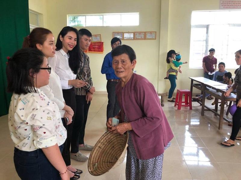 Vợ chồng Thủy Tiên đi Phú Yên trao 550 triệu đồng cho người dân bị thiệt hại do bão số 12: Nhà nhiều nhất 42 triệu, ít nhất 1 triệu - Ảnh 9