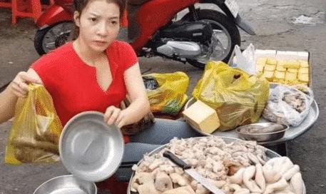 'Bà dì' 40 tuổi bán mỡ lợn ngoài đường bất ngờ nổi tiếng vì vẻ ngoài xinh đẹp ''như gái đôi mươi' - Ảnh 1