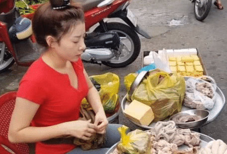 'Bà dì' 40 tuổi bán mỡ lợn ngoài đường bất ngờ nổi tiếng vì vẻ ngoài xinh đẹp ''như gái đôi mươi' - Ảnh 2