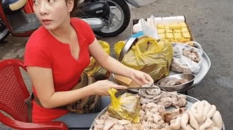 'Bà dì' 40 tuổi bán mỡ lợn ngoài đường bất ngờ nổi tiếng vì vẻ ngoài xinh đẹp ''như gái đôi mươi' - Ảnh 3