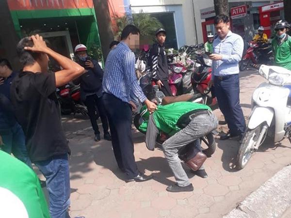 Nam thanh niên mặc áo Grab 'vặt' trộm gương ô tô Lexus, không ngờ tài xế vẫn ngồi trong xe bắt quả tang