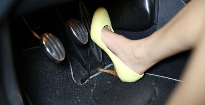 """Ám ảnh """"xe điên"""" do phụ nữ cầm lái, vì vướng giày cao gót hay người lái bị… điên? - Ảnh 6"""