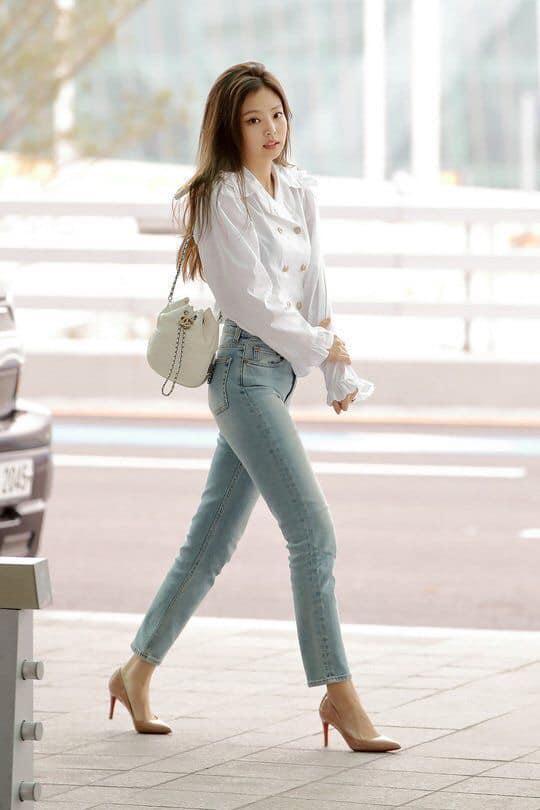Nhìn Jennie (BlackPink) phối đồ với quần jean đẹp sang thế này, ai nghĩ được cô nàng lại là 1 'nấm lùn' chính hiệu - Ảnh 1