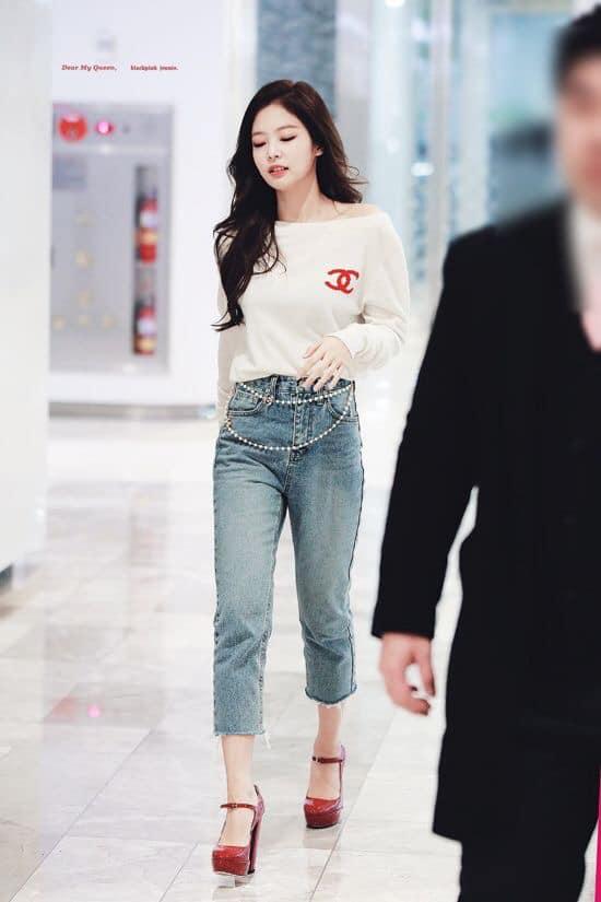 Nhìn Jennie (BlackPink) phối đồ với quần jean đẹp sang thế này, ai nghĩ được cô nàng lại là 1 'nấm lùn' chính hiệu - Ảnh 2