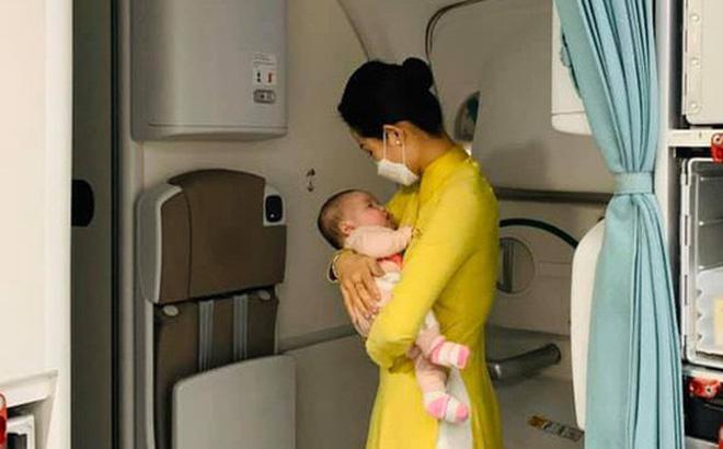 Nữ tiếp viên bế cháu bé 2 tháng tuổi trên máy bay từ Frankfurt về Hà Nội - Ảnh 2