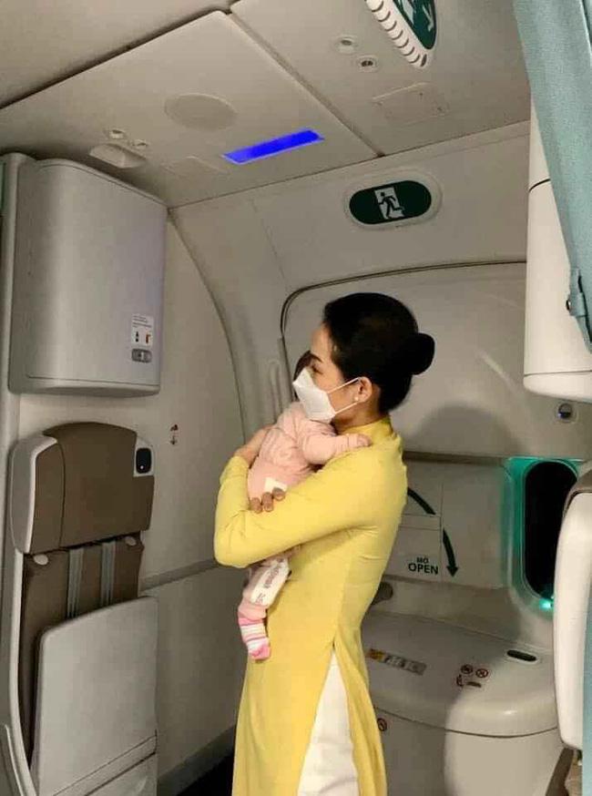 Nữ tiếp viên bế cháu bé 2 tháng tuổi trên máy bay từ Frankfurt về Hà Nội - Ảnh 3