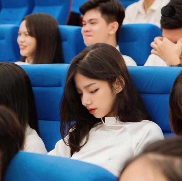 Bị chụp lén nữ sinh gây 'chấn động' mạng xã hội vì đẹp như thiên thần nhìn kỹ hóa ra người quen từng được báo Trung tung hô hết lời - Ảnh 1