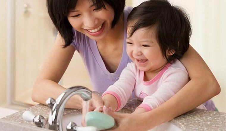 Chuyên gia gợi ý: Phương pháp để trẻ không đưa tay lên mặt, phòng nhiễm Covid-19 - Ảnh 2