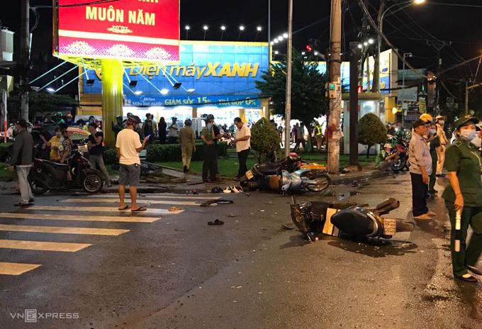 Ôtô Camry húc 8 xe máy ở Sài Gòn - Ảnh 3