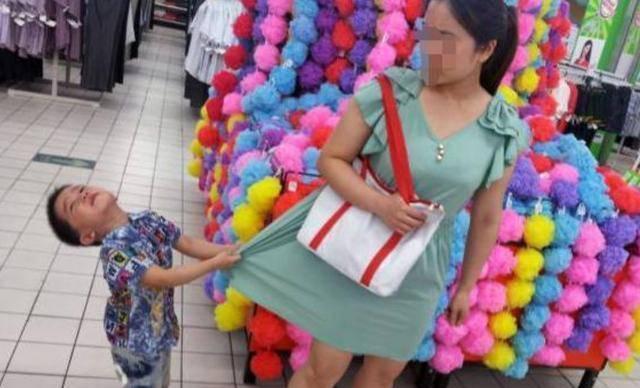 Con nằng nặc đòi mua đồ chơi, người mẹ nói 1 câu, chủ cửa hàng phải vỗ tay khen - Ảnh 1
