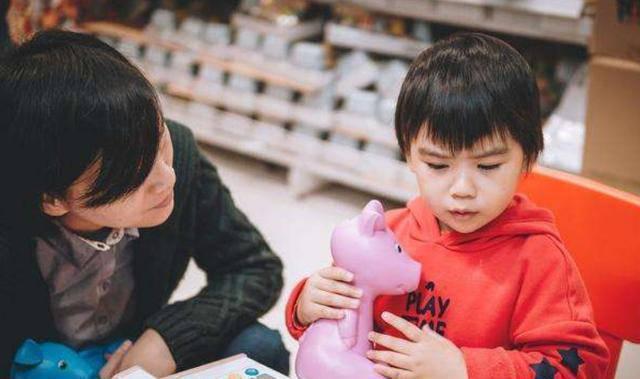 Con nằng nặc đòi mua đồ chơi, người mẹ nói 1 câu, chủ cửa hàng phải vỗ tay khen - Ảnh 2