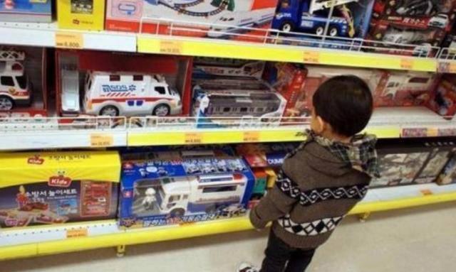 Con nằng nặc đòi mua đồ chơi, người mẹ nói 1 câu, chủ cửa hàng phải vỗ tay khen - Ảnh 3