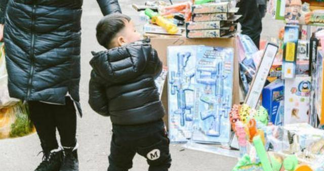 Con nằng nặc đòi mua đồ chơi, người mẹ nói 1 câu, chủ cửa hàng phải vỗ tay khen - Ảnh 4