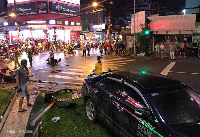 Ôtô Camry húc 8 xe máy ở Sài Gòn - Ảnh 1