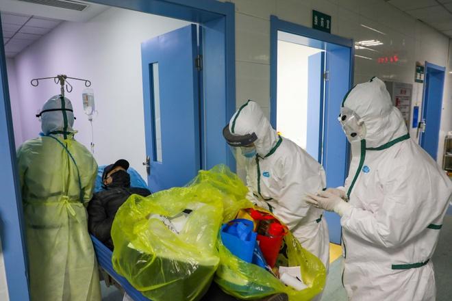Trung Quốc lần đầu xác nhận 1.716 nhân viên y tế nhiễm virus corona - Ảnh 1