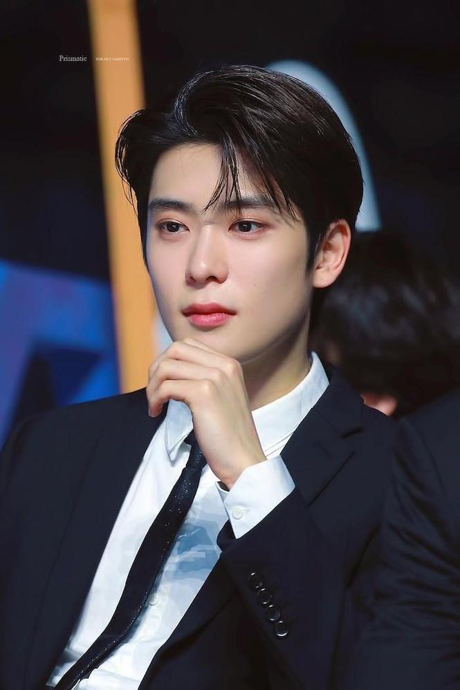 Top 5 idol đẹp trai nhất do báo Hàn bình chọn: Cha Eun Woo mang vẻ đẹp 'siêu thực' nhưng vẫn luôn đứng sau người này - Ảnh 11