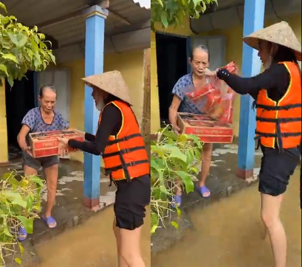 Loạt ảnh Thủy Tiên lội nước trao tận tay người dân miền Trung những món quà cứu trợ gây xúc động mạnh, số tiền quyên góp đã lên đến 22 tỷ đồng - Ảnh 8