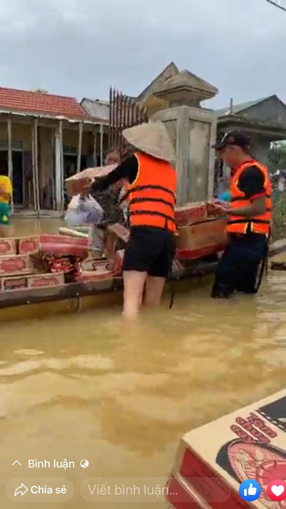 Loạt ảnh Thủy Tiên lội nước trao tận tay người dân miền Trung những món quà cứu trợ gây xúc động mạnh, số tiền quyên góp đã lên đến 22 tỷ đồng - Ảnh 9