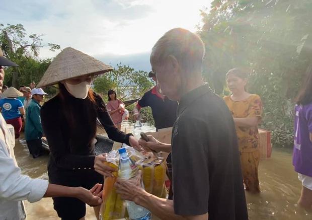 Loạt ảnh Thủy Tiên lội nước trao tận tay người dân miền Trung những món quà cứu trợ gây xúc động mạnh, số tiền quyên góp đã lên đến 22 tỷ đồng - Ảnh 12