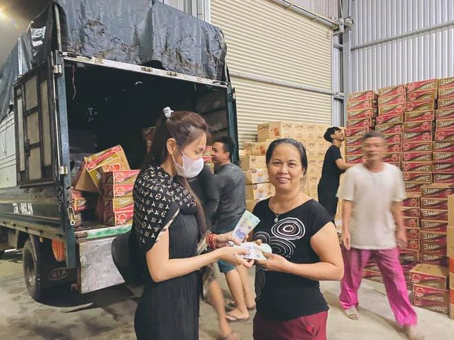 Loạt ảnh Thủy Tiên lội nước trao tận tay người dân miền Trung những món quà cứu trợ gây xúc động mạnh, số tiền quyên góp đã lên đến 22 tỷ đồng - Ảnh 14