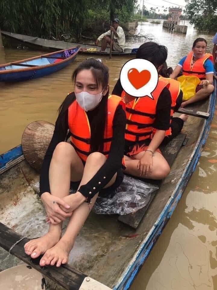 Loạt ảnh Thủy Tiên lội nước trao tận tay người dân miền Trung những món quà cứu trợ gây xúc động mạnh, số tiền quyên góp đã lên đến 22 tỷ đồng - Ảnh 2