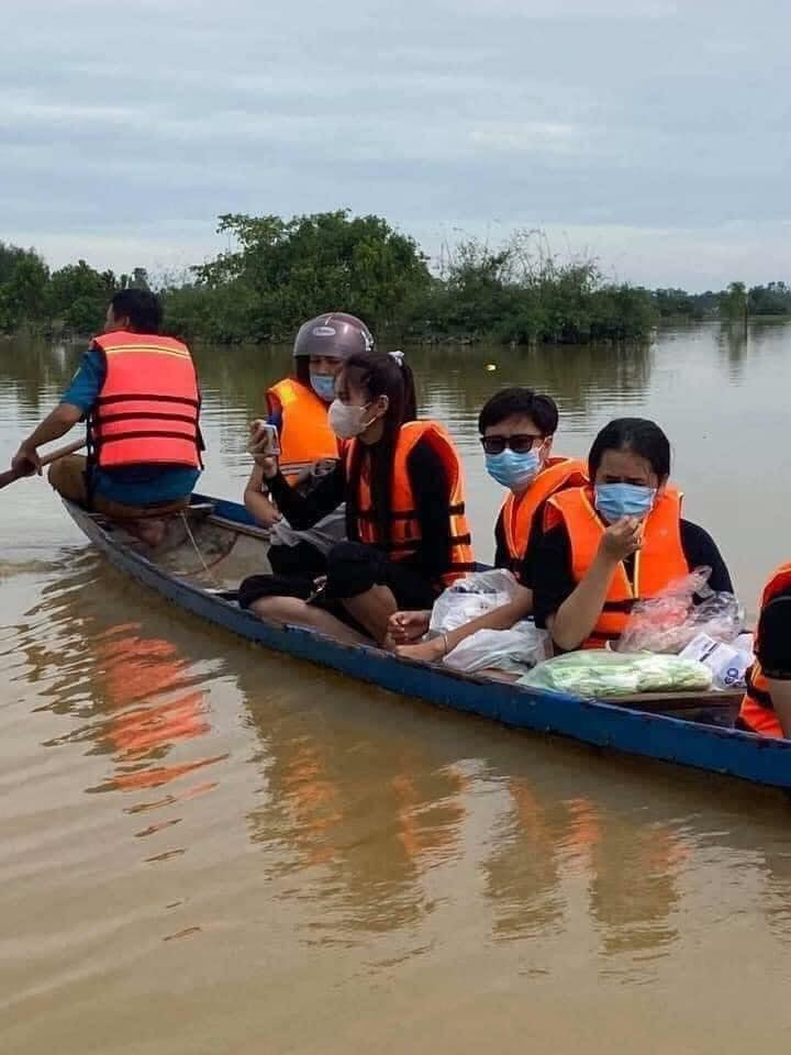 Loạt ảnh Thủy Tiên lội nước trao tận tay người dân miền Trung những món quà cứu trợ gây xúc động mạnh, số tiền quyên góp đã lên đến 22 tỷ đồng - Ảnh 5