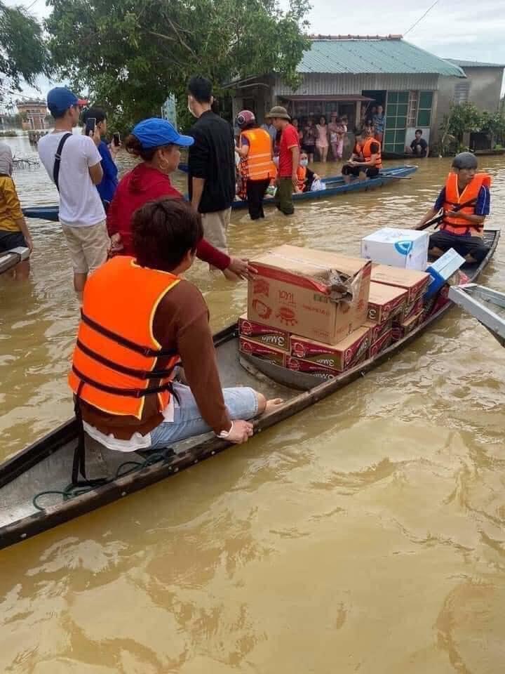 Loạt ảnh Thủy Tiên lội nước trao tận tay người dân miền Trung những món quà cứu trợ gây xúc động mạnh, số tiền quyên góp đã lên đến 22 tỷ đồng - Ảnh 3