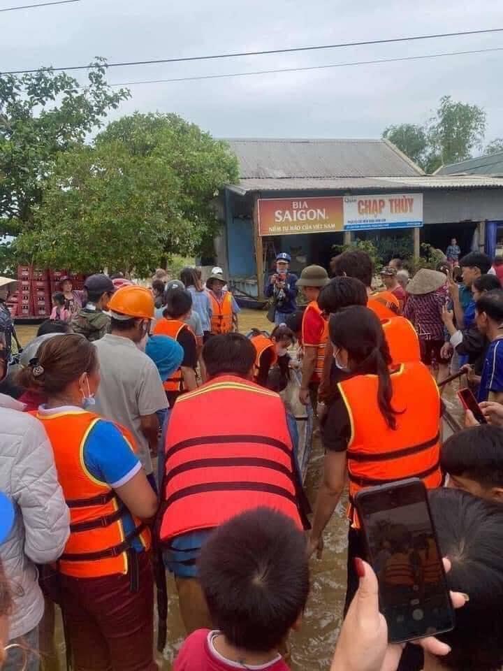 Loạt ảnh Thủy Tiên lội nước trao tận tay người dân miền Trung những món quà cứu trợ gây xúc động mạnh, số tiền quyên góp đã lên đến 22 tỷ đồng - Ảnh 4