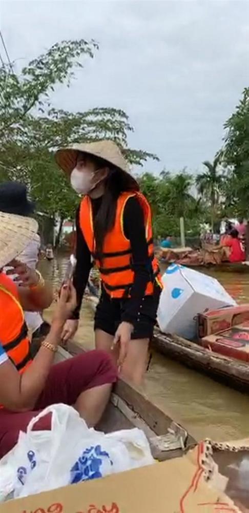Loạt ảnh Thủy Tiên lội nước trao tận tay người dân miền Trung những món quà cứu trợ gây xúc động mạnh, số tiền quyên góp đã lên đến 22 tỷ đồng - Ảnh 6