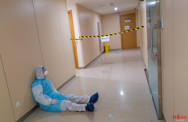 Bác sĩ thiếp đi ở hành lang vì kiệt sức sau 16 tiếng làm việc liên tục - Ảnh 1