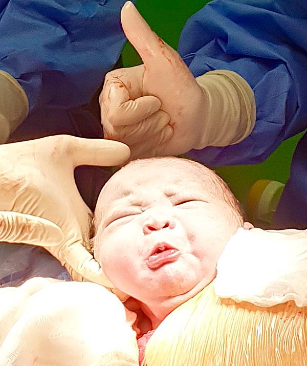Những em bé sơ sinh vừa chào đời đã 'hờn cả thế giới' - Ảnh 1