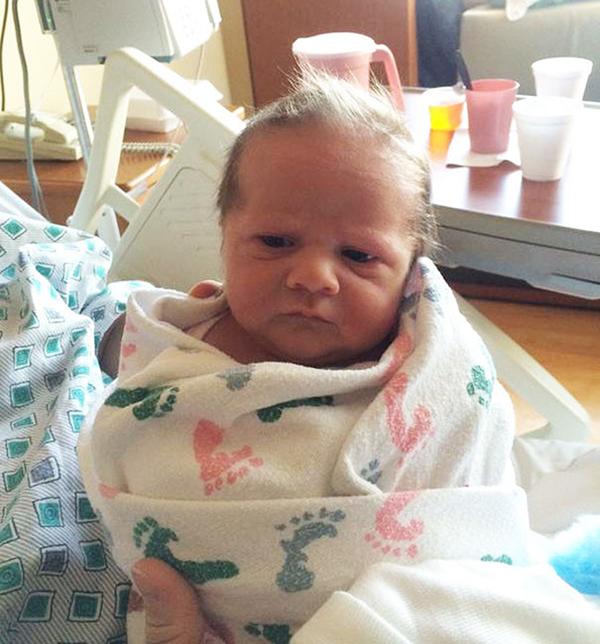 Những em bé sơ sinh vừa chào đời đã 'hờn cả thế giới' - Ảnh 6