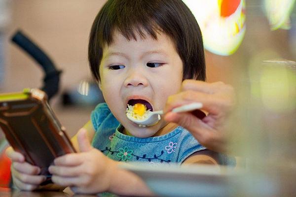 4 thói quen gây hại cho mắt bé rất nhiều mẹ Việt phạm phải, nhất là đều số 3, sửa nhanh nếu không muốn hủy hoại thị lực của con - Ảnh 3
