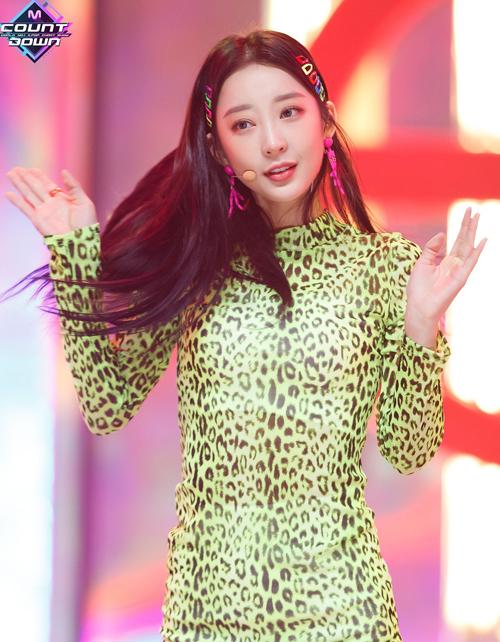 4 kiểu kẹp tóc 'chanh sả' giúp idol Hàn tăng nhan sắc - Ảnh 11