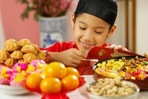 Bé rất thích ăn bánh kẹo trong ngày Tết, chuyên gia mách cha mẹ cách hạn chế đơn giản - Ảnh 2
