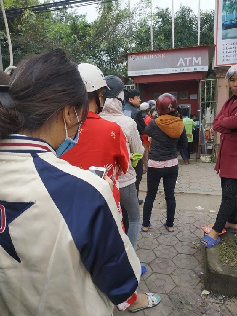 Đặc sản ngày Tết: Xếp hàng lũ lượt chờ rút tiền ở ATM, đến lượt mình thì... hết tiền - Ảnh 1