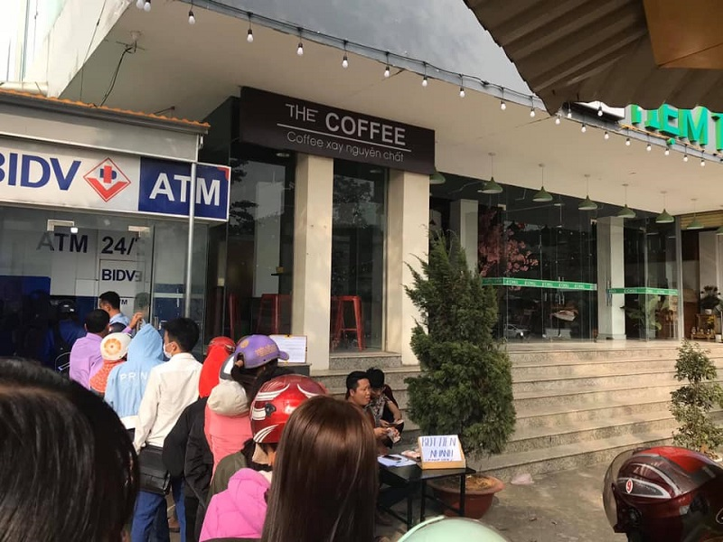 Đặc sản ngày Tết: Xếp hàng lũ lượt chờ rút tiền ở ATM, đến lượt mình thì... hết tiền - Ảnh 2