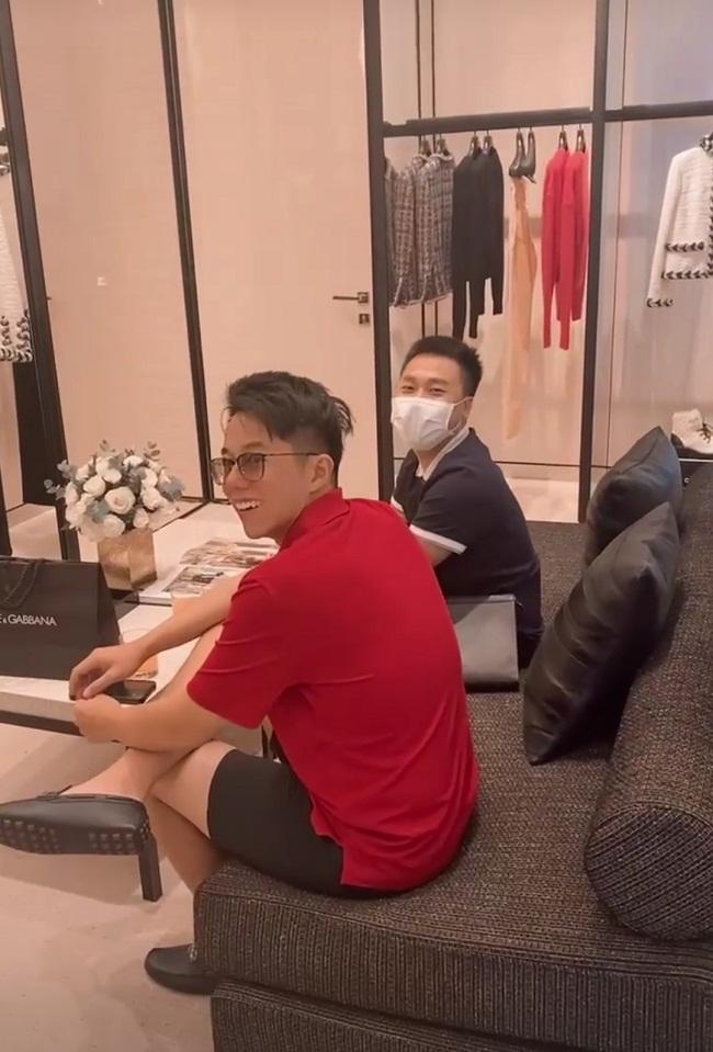 Người tình thiếu gia ôm Hòa Minzy chặt cứng trong cửa hàng thời trang - Ảnh 1