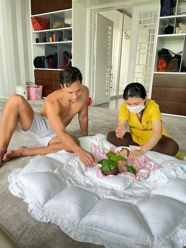 Ông bố Kim Lý chỉ ôm con phơi nắng thôi nhưng body đẹp như tạc tượng cũng khiến chị em 'xịt máu mũi' - Ảnh 4