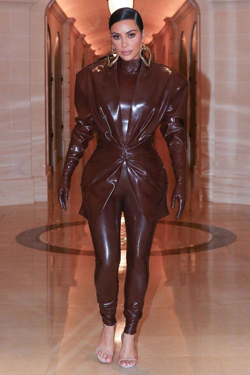 Kim 'siêu vòng ba' mặc đi mặc lại đồ chật căng - Ảnh 1