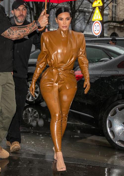 Kim 'siêu vòng ba' mặc đi mặc lại đồ chật căng - Ảnh 2