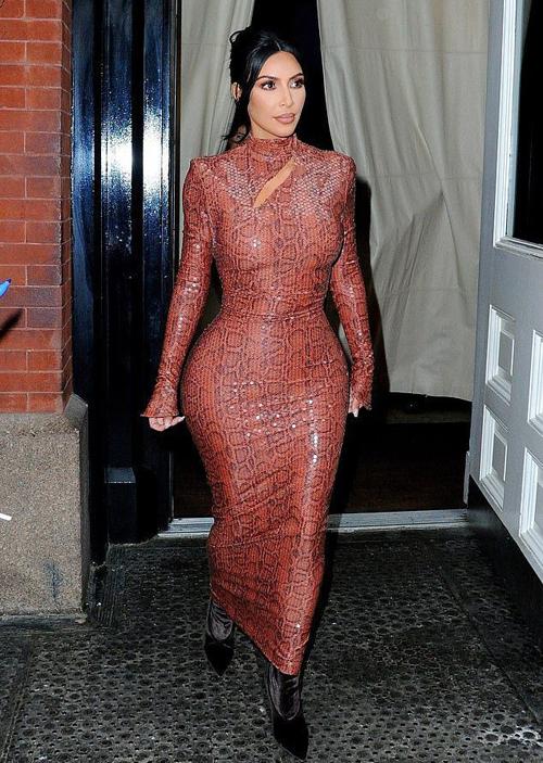 Kim 'siêu vòng ba' mặc đi mặc lại đồ chật căng - Ảnh 5