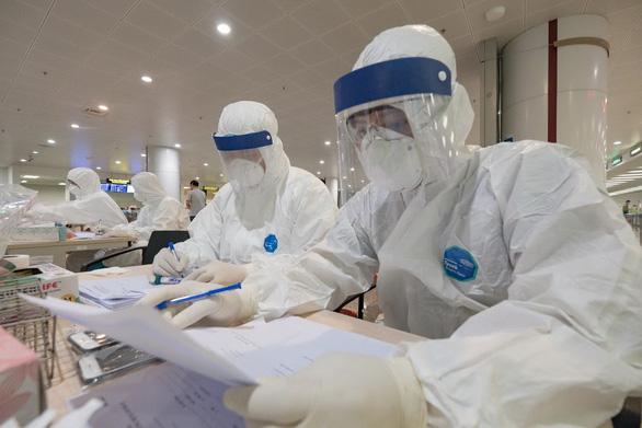 Hai điều dưỡng Bệnh viện Bạch Mai mắc COVID-19, ca bệnh thứ 86 và 87 ở Việt Nam - Ảnh 1