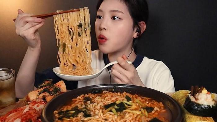 Xuất hiện 'thánh ăn' mới của Hàn Quốc: Sức ăn gấp 5 lần đàn ông nhưng lại sở hữu nhan sắc búp bê và thân hình sexy 'nghẹt thở'  - Ảnh 1