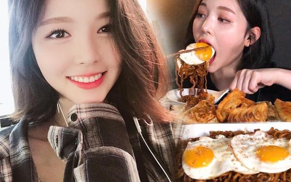 Xuất hiện 'thánh ăn' mới của Hàn Quốc: Sức ăn gấp 5 lần đàn ông nhưng lại sở hữu nhan sắc búp bê và thân hình sexy 'nghẹt thở'  - Ảnh 4